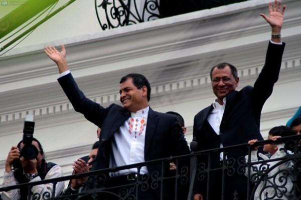 QUITO 17 DE FEBRERO DEL 2013. Em el Palacio presidencial, Rafel Correa festeja con simpatizantes su reeleccion precio a la presentancion oficial de resultados.APIFOTO/DANIEL MOLINEROS