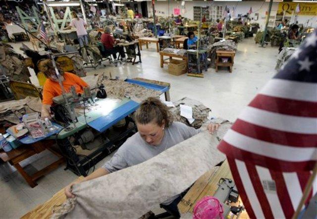 La costurera Misti Keeton cose prendas militares en una fábrica de Fayette, Alabama, en esta fotografía de archivo del miércoles 10 de octubre de 2012. (Foto AP/Dave Martin, Archivo)