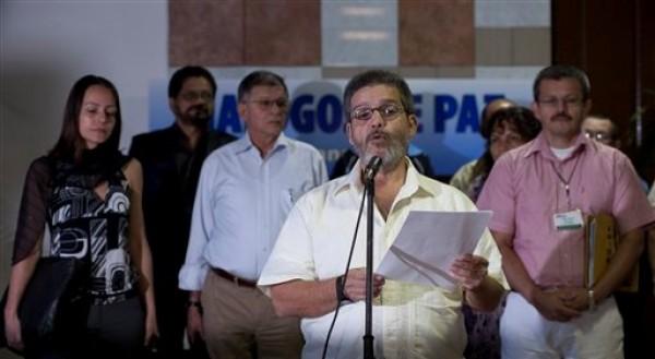 Marco Leon Calarcá, vocero y negociador por las FARC, habla a la prensa durante la continuación de las conversaciones de paz de la guerrilla con el gobierno colombiano en La Habana, lunes 4 de febrero de 2013. Calarcá negó que hubiera crisis en las negociaciones. (AP Foto/Ramón Espinosa)