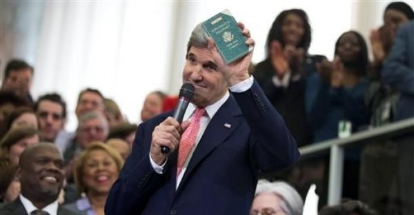 El nuevo secretario de Estado John Kerry muestra el primer pasaporte diplomático que obtuvo a los 11 años cuando su padre estaba en el servicio exterior, el lunes 4 de febrero de 2013, durante una ceremonia para darle la bienvenida como el 68mo secretario de Estado norteamericano, en el Departamento de Estado en Washington. (Foto AP/Manuel Balce Ceneta)