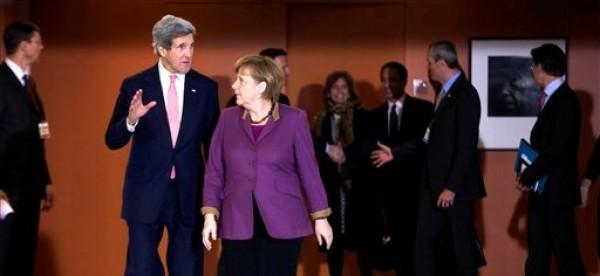 La canciller alemana Angela Merkel recibe al secretario de Estado norteamericano John Kerry en la cancillería en Berlín, martes 26 de febrero de 2013. Kerry promueve un acuerdo de libre comercio entre Estados Unidos y Europa durante su primera gira oficial al exterior. (AP Foto/Markus Schreiber)