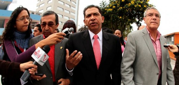 QUITO 17 DE FEBRERO DEL 2013. El Cadidato a la Presidencia Lucio Gutierrez relizo su voto. FOTOS API / JUAN CEVALLOS.