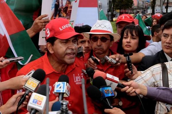El excandidato a la presidencia Lucio Gutierrez por Sociedad Patriotica al inicio de su campaña en el sector sur de Quito, el 4 de diciembre de 2012. APIFOTO/DANIEL MOLINEROS