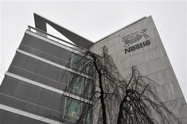 Esta fotografía de archivo del 19 de febrero de 2010 muestra un panorama exterior de la sede de Nestlé en Vevey, Suiza. Nestlé, el mayor fabricante mundial de alimentos y bebidas procesadas, retiró algunos de sus productos en Europa después de que se encontró que tenían carne de caballo. (Foto AP/Keystone, Dominic Favre, archivo)