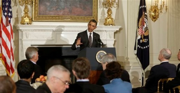 El presidente Barack Obama pronuncia un discurso ante la Asociación Nacional de Gobernadores en el salón de banquetes de la Casa Blanca en Washington, el lunes 25 de febrero de 2013. (AP Foto/Charles Dharapak)