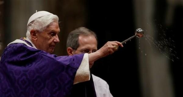 El papa Benedicto XVI bendice las cenizas mientras oficia la misa de Miércoles de Ceniza en la Basílica de San Pedro en el Vaticano, el miércoles 13 de febrero de 2013. (AP Foto/Gregorio Borgia)