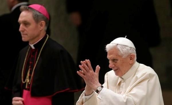 El papa Benedicto XVI, acompañado de su secretario privado, el arzobispo Georg Ganswein, llega al Salón Paulo VI del Vaticano para su audiencia semanal, el miércoles 13 de febrero de 2013. (Foto AP/Alessandra Tarantino)