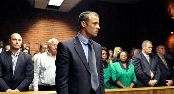 El velocista olímpico Oscar Pistorius acude a su audiencia de fianza en Pretoria, Sudáfrica, el martes 19 de febrero de 2013. (Foto AP)