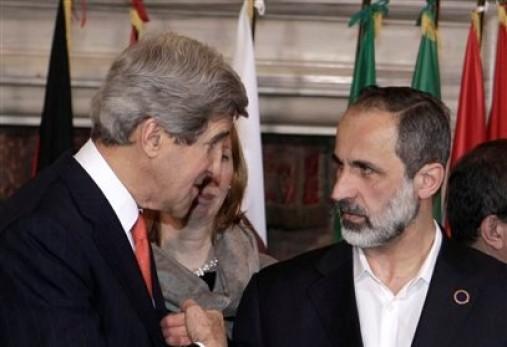 El secretario estadounidense de Estado John Kerry, a la izquierda, habla con Muaz al-Khatib, líder de la oposición siria, durante una conferencia internacional sobre Siria en Villa Madama, Roma, el jueves 28 de febrero de 2013. (Foto AP/Riccardo De Luca)