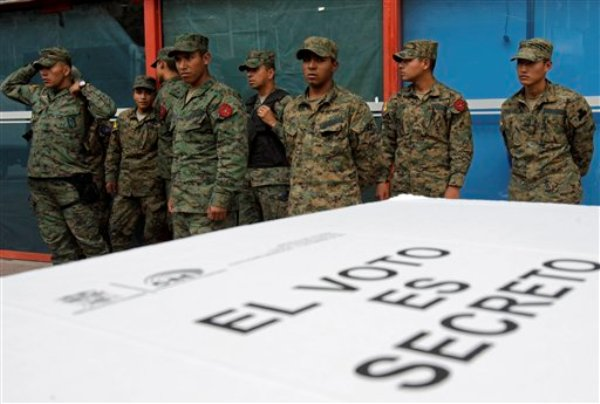 Soldados junto a algunas urnas de votación en las elecciones para presidente, miembros de la Asamblea Nacional y el Parlamento Andino, el viernes 15 de febrero de 2013, en Quito. (Foto AP/Dolores Ochoa/Archivo)