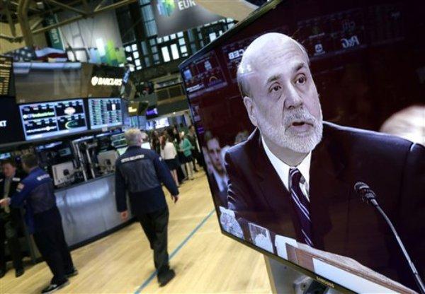 Un monitor transmite declaraciones de Ben Bernanke, presidente de la Reserva Federal, en el piso de la Bolsa de Valores de Nueva York, el martes 26 de febrero de 2013. (Foto AP/Richard Drew)