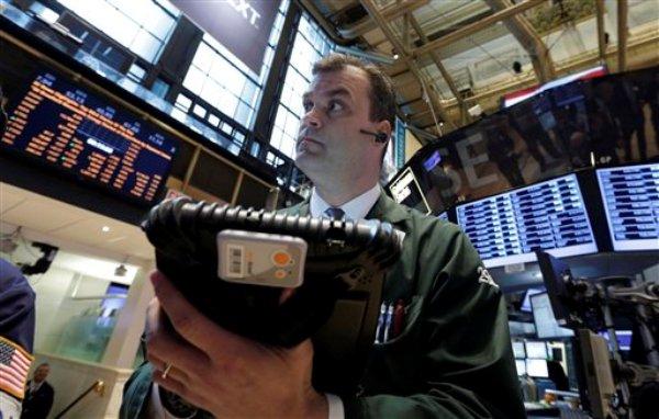 En esta fotografía del martes 26 de febrero de 2013, el corredor William Lawrence trabaja en el piso de la Bolsa de Valores de Nueva York. (Foto AP/Richard Drew)