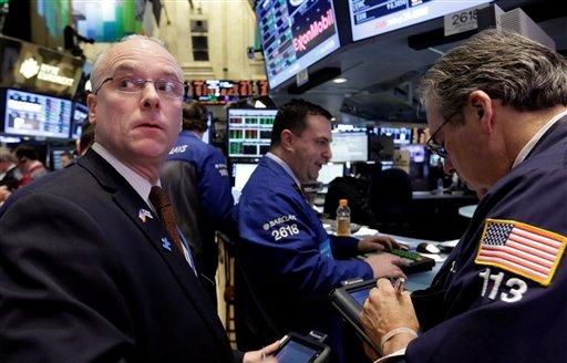 Los agentes bursátiles en Wall Street aparecen en plena faena el viernes 8 de febrero de 2013, cuando el mercado tuvo una sesión con ganancias ante noticias favorables, como una sustancial reducción del déficit comercial de Estados Unidos. (Foto AP/Richard Drew)
