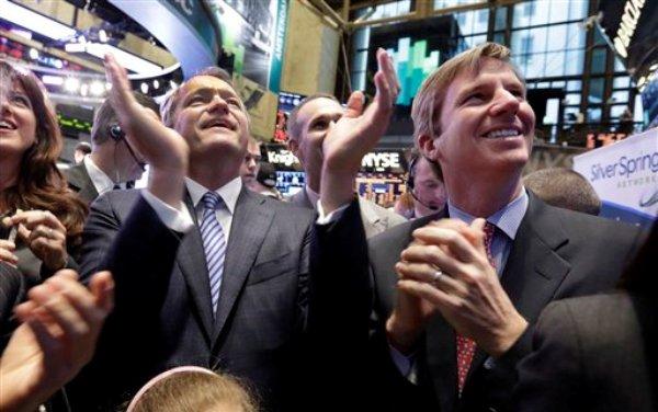 Scott Lang,  presidente y director general de la firma Silver Spring Networks (izquierda), y Cully Davis, director general  de mercados bursátiles de Credit Suisse, aplauden la presentación de la firma Silver Spring Networks en el mercado bursátil en la Bolsa de Valores de Nueva York el miércoles 13 de marzo del 2013. El Dow Jones logró cerrar el miércoles con ganancias por novena sesión consecutiva, dándole al mercado bursátil de Nueva York su más prolongada tendencia alcista en 16 años. (Foto AP/Richard Drew)