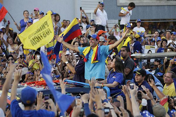 Capriles sigue en plena campaña por la presidencia.