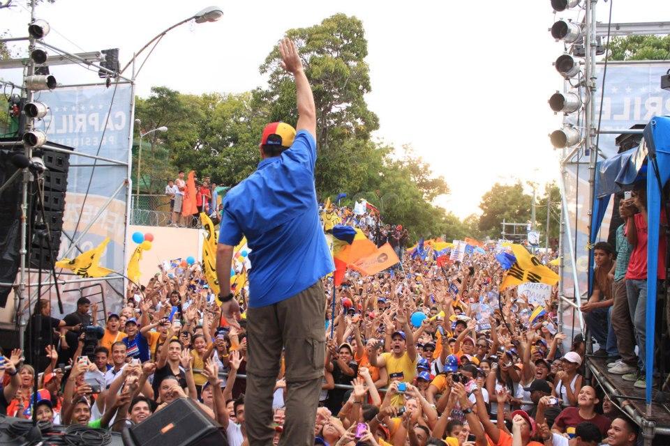 Capriles en plena campaña en Venezuela