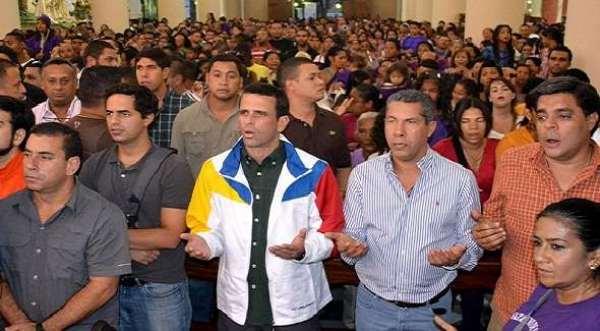 Capriles rezando
