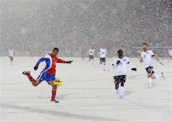 El jugador de Costa Rica, Alvaro Saborío, izquierda, remata en un partido contra Estados Unidos por las eliminatorias mundialistas el viernes, 22 de marzo de 2013, en Commerce City, Colorado. (AP Photo/Jack Dempsey)