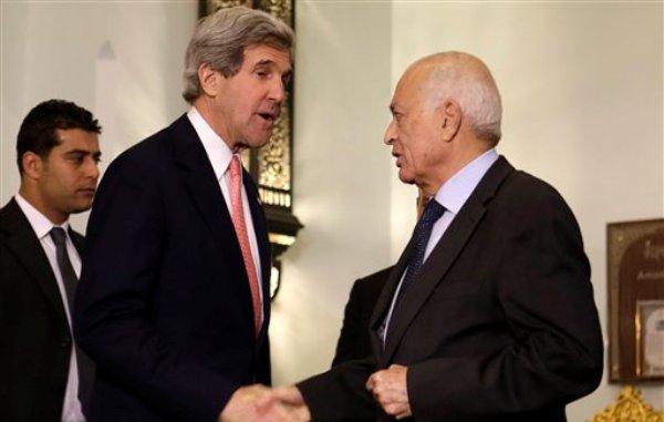 El secretario de Estado norteamericano John Kerry, a la izquierda, estrecha la mano del secretario general de la Liga Arabe Nabil Elaraby tras su reunión en El Cairo, el sábado 2 de marzo del 2013. (Foto AP/Jacquelyn Martin, Pool)