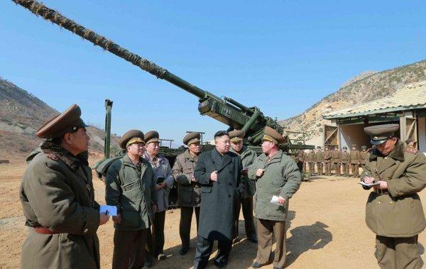 Kim Jong Un en practicas militares. Foto de Archivo: La República.