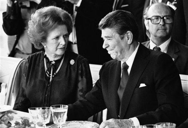 La primera ministra británica Margaret Thatcher almuerza con el presidente estadounidense Ronald Reagan en el Palacio de Versalles, Francia, el 6 de junio de 1982. Thatcher se sintió traicionada por Reagan, al que consideraba su aliado, porque Estados Unidos respaldó un plan de paz que pedía que Gran Bretaña cesara en su intensión de invadir las Islas Malvinas en 1982, según documentos que se dieron a conocer el viernes 22 de marzo de 2013. (Foto AP/Archivo)