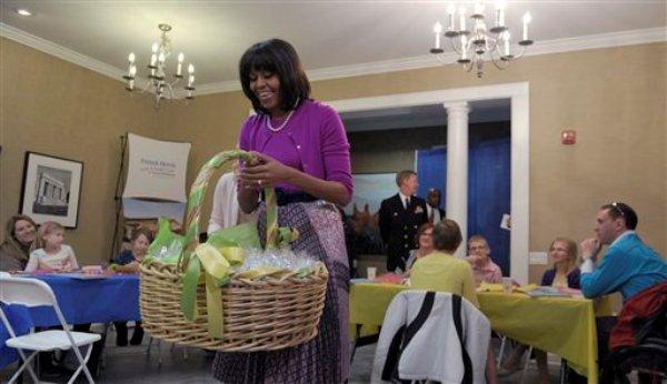 En esta foto del miércoles 20 de marzo de 2013, la primera dama Michelle Obama carga una canasta de Pascua durante una visita a un Centro Médico Militar en Bethesta, Maryland. La página de internet en la que ciberpiratas publicaron supuestos reportes crediticios de Obama y de otras celebridades ha sido cerrada por reguladores rusos (AP Photo/Susan Walsh)
