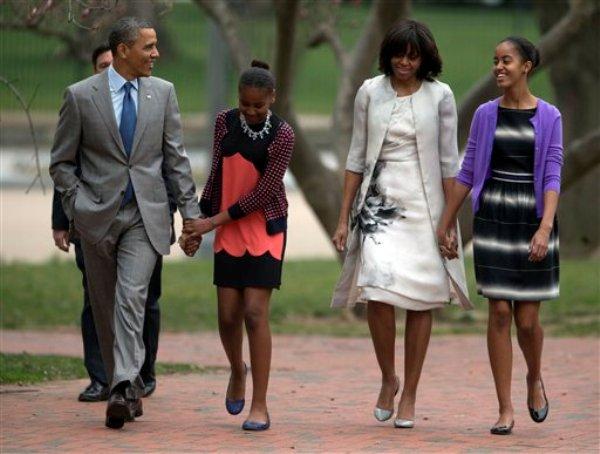 El presidente Barack Obama y la primera dama Michelle Obama caminan con sus hijas Sasha Obama, segunda desde la izquierda, y Malia Obama, a la derecha, por el Parque Lafayette en ruta a la Iglesia Episcopal St. John para asistir a la misa de Pascua, el domingo, 31 de marzo del 2013. (Foto AP/Carolyn Kaster)