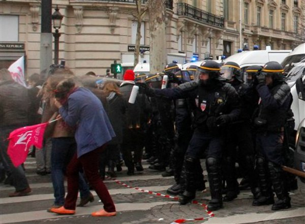 Manifestantes que participan en una marcha contra los matrimonios homosexuales y las adopciones gay, en París, se enfrentan con la policía, el domingo 24 de marzo de 2013. (Foto AP/Michel Spingler)