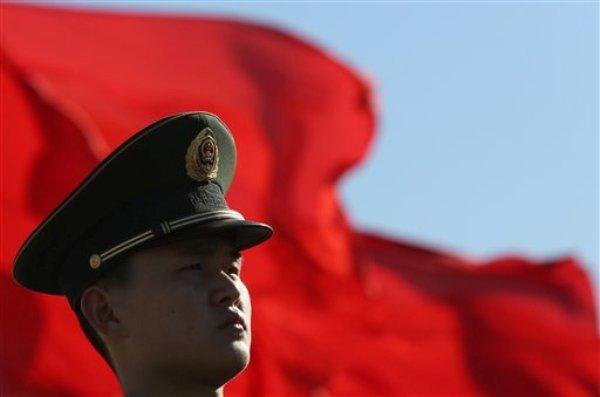 Un policía militar chino en la Plaza Tiananmen durante una reunión del Congreso Nacional Popular y la Conferencia Consultiva Política del Pueblo Chino efectuadas en el Gran Salón del Pueblo de Beijing el lunes 4 de marzo del 2013. (Foto AP/Kin Cheung)