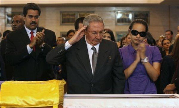 En esta foto distribuida por la oficina de prensa del palacio de Miraflores, el presidente cubano Raúl Castro dirige un saludo al féretro del mandatario venezolano Hugo Chávez en Caracas, el jueves 7 de marzo de 2013 (AP Foto/Oficina de prensa de Miraflores)