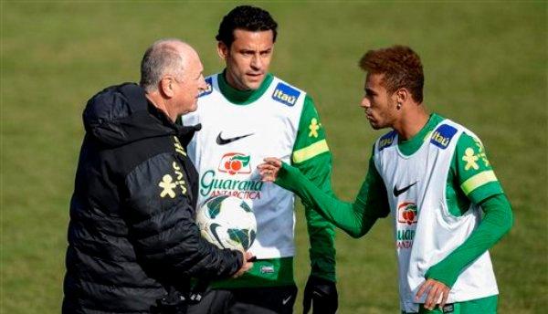 El técnico de la selección de Brasil, Luiz Felipe Scolari, izquierda, habla con los jugadores Fred, centro, y Neymar, durante un entrenamiento el martes, 19 de marzo de 2013, en Nyon, Suiza. (AP Photo/Keystone, Jean-Christophe Bott)