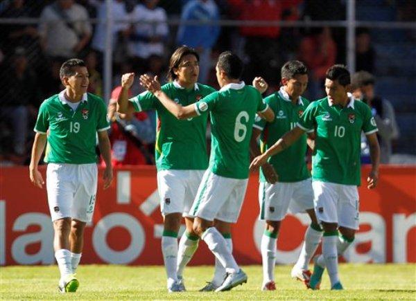 El jugador de Bolivia, Marcelo Martins, segundo desde la izquierda, festeja un gol contra Argentina en las eliminatorias mundialistas el martes, 26 de marzo de 2013, en La Paz. (AP Photo/Martin Mejia)