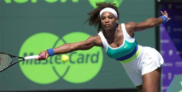 Serena Williams alcanza una pelota devuelta por la italiana Flavia Pennetta durante un cotejo del Masters de Miami del jueves 21 de marzo de 2013 en Cayo Vizcaíno, Florida. (Foto AP/J Pat Carter)