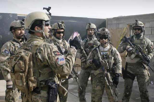 Fuerzas especiales afganas, izquierda, con varios soldados estadounidenses tras un entrenamiento en las afueras de Kabul. (Foto AP/Musadeq Sadeq)