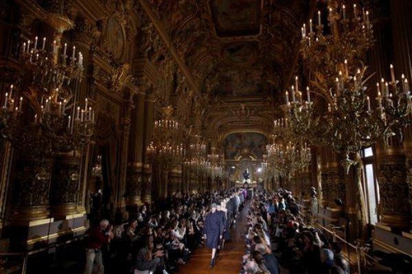 Modelos presentan piezas de la colección de confección de la diseñadora Stella McCartney otoño invierno 2013-2014 en París, el lunes 4 de marzo de 2013. (Foto AP/Thibault Camus)