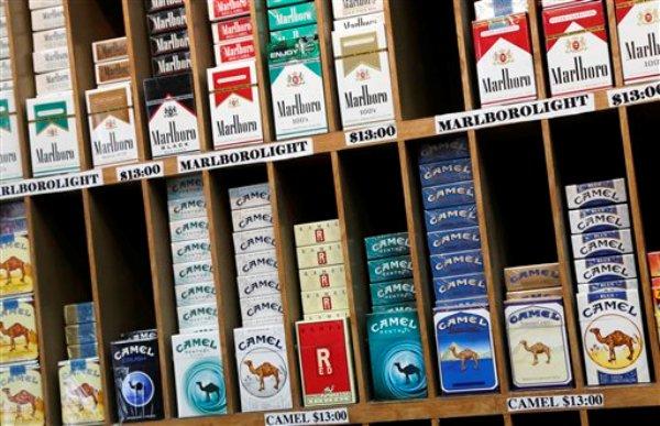 Paquetes de cigarrillos están en exhibición para su venta en una tienda en Nueva York, el lunes 18 de marzo de 2013. La ciudad anunció que impulsará una medida que obligará a las tiendas a mantener fuera de la vista los productos de tabaco a fin de reducir el hábito de fumar entre los jóvenes. La medida no regirá en los establecimientos dedicados a esos productos. (AP Foto/Mark Lennihan)