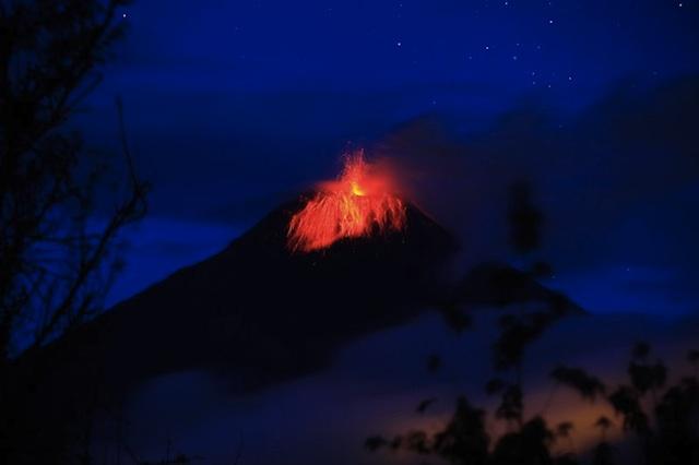 El Tungurahua, visto el 13 de marzo de 2013. Foto EFE.