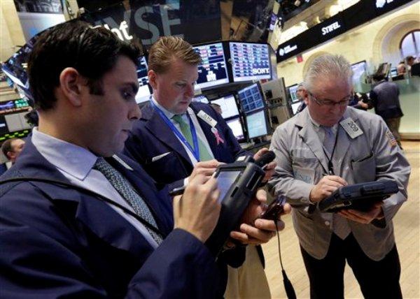 Operadores bursátiles en el piso de la Bolsa de Nueva York, el viernes 15 de marzo de 2013. (Foto AP/Richard Drew)