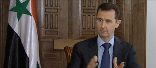 El presidente sirio Bashar Assad hace declaraciones durante una entrevista con el periódico Sunday Times en Damasco, Siria, el jueves 28 de febrero de 2013. Assad censuró la asistencia de Estados Unidos y Gran Bretaña a los rebeldes que intentan derrocarlo. (AP Foto/Sunday Times vía AP video)