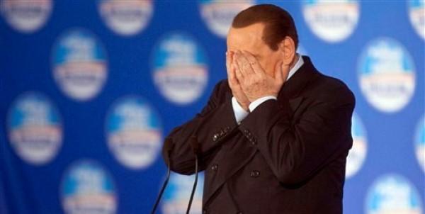 En esta foto del 6 de octubre del 2005, el entonces primer ministro italiano Silvio Berlusconi reacciona durante una conferencia de prensa en Roma. El 7 de marzo del 2013, un tribunal condenó a Berlusconi por la publicación ilegal de transcripciones de conversaciones telefónicas en un periódico propiedad de su imperio de medios de comunicación (AP Foto/Pier Paolo Cito , Archivo)