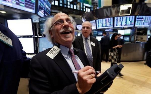 El operador Peter Tuchman trabajando en el piso de operaciones de la Bolsa de Nueva York, el martes 5 de marzo de 2013. El martes el Dow Jones alcanzó su mejor marca desde octubre de 2007, poco antes de que comenzara la crisis económica mundial. (Foto AP/Richard Drew)