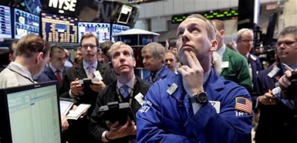 Varios agentes bursátiles sopesan oportunidades en la Bolsa de Valores de Nueva York el viernes 1 de marzo de 2013. El mercado neoyorquino cerró con ganancias luego de que un incremento en la manufactura estadounidense se sobrepuso al riesgo de posibles recortes en el gasto del gobierno de Estados Unidos. (Foto AP/Richard Drew)