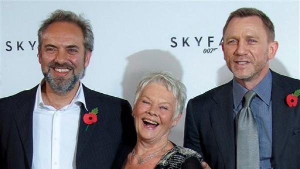 """En esta foto de archivo del 3 de noviembre del 2011, el cineasta Sam Mendes y los actores Judi Dench y Daniel Craig posan con motivo de su nueva pelìcula de James Bond, """"Skyfall"""", en un restaurante en el centro de Londres. (AP Foto/Joel Ryan, Archivo)"""