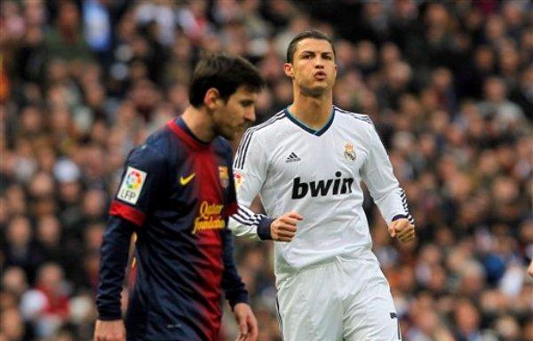 Foto de archivo. El jugador del Real Madrid, Cristiano Ronaldo, derecha, gesticula al lado del jugador del Barcelona, Lionel Messi, en un partido por la liga española el sábado, 2 de marzo de 2013, en Madrid. (AP Photo/Andres Kudacki).