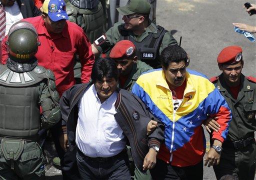 Nicolás Maduro y Evo Morales durante el cortejo fúnebre. Foto: AP