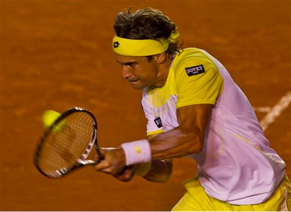 El español David Ferrer devuelve una pelota a su compatriota Rafael Nadal en la final del Abierto Mexicano de Tenis en Acapulco, el sábado 2 de marzo de 2013. Nadal venció a Ferrer por 6-0, 6-2. (Foto AP/Christian Palma)