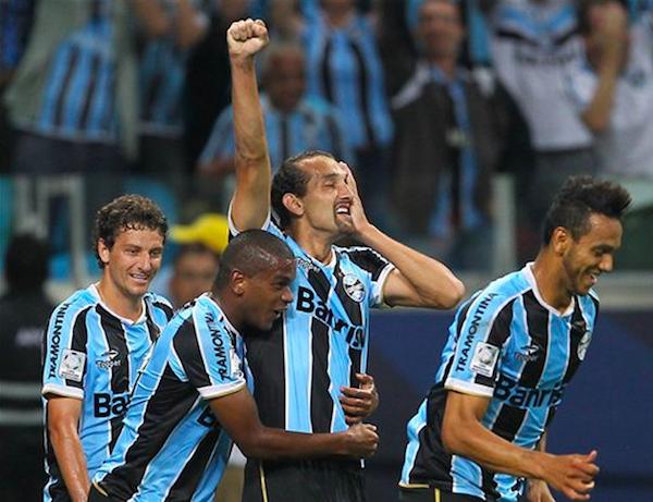 Foto de archivo. Jugadores de Gremio celebran un gol en Copa Libertadores frente al Caracas. Foto AP.