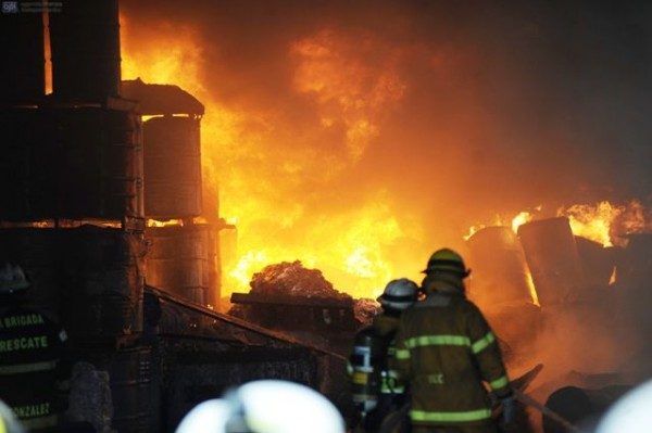 Guayaquil, 19 de Marzo del 2013. Incendio consume fabrica de juguetes, la bodega se encuentra cercana al City Mall. APIFOTO/CÉSAR PASACA