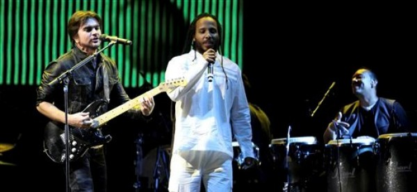 Juanes, a la izquierda, canta con Ziggy Marley en el festival cultural Cumbre Tajín, en Papantla, México, la madrugada del viernes 22 de marzo del 2013. (AP Foto/Félix Márquez)