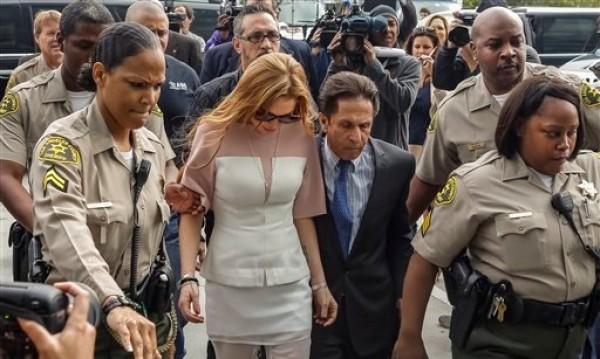 Lindsay Lohan llega con su abogado Mark Heller a la Corte Superior de Los Angeles el lunes 18 de marzo de 2013. Lohan está acusada de tres cargos menores tras un choque en California y podría volver a prisión por violar su libertad condicional.  (Foto AP/Damian Dovarganes)